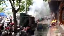 实拍湖南街头变压器爆炸 有人被烧成火人1死7伤