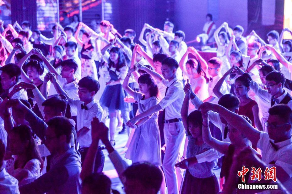 百余对高三毕业生跳交谊舞 向母校致敬