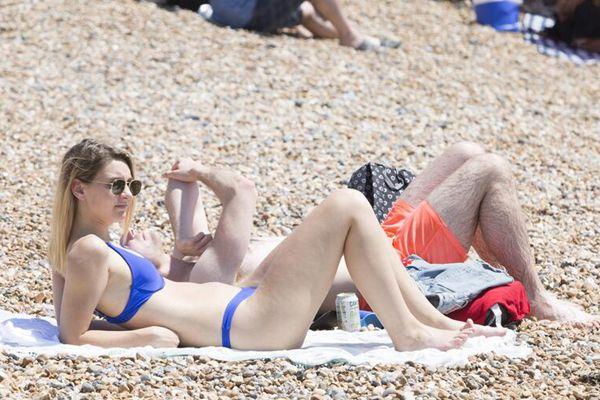 英国布莱顿遭遇高温天气 美女海滩秀火辣身材
