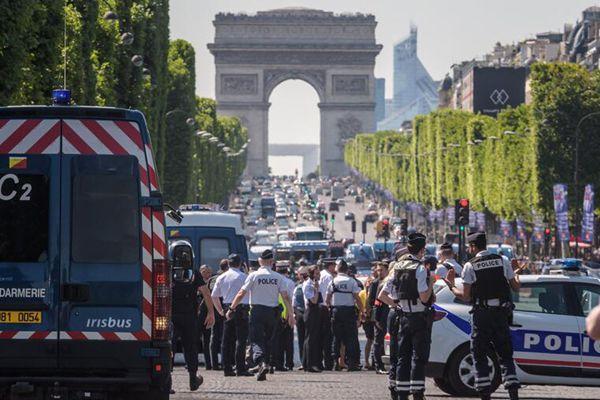 巴黎香街发生汽车撞警车事件 嫌疑人持有武器受重伤