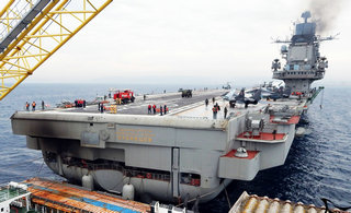 俄罗斯航母海上补给屁股被熏黑