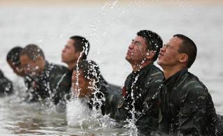 武警特战队员挑战体能极限