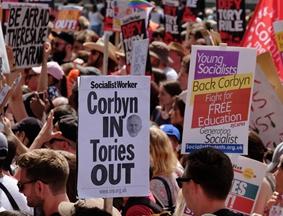 伦敦千人聚集唐宁街抗议联合政府