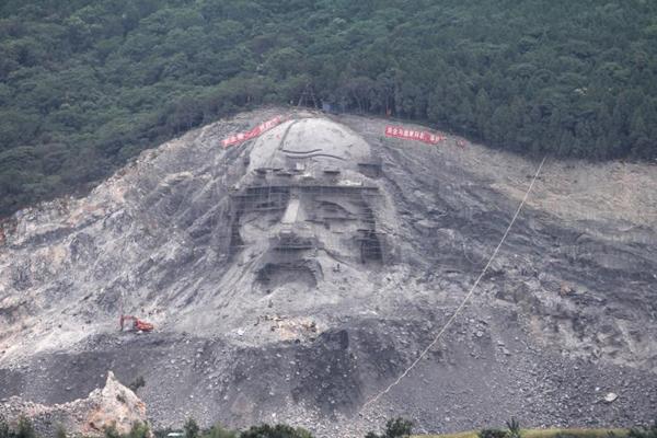 湖北废旧采石坑变成巨幅雕像露真容