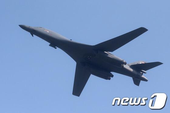 美媒称美国空军2架B-1B战轰飞越朝鲜半岛上空