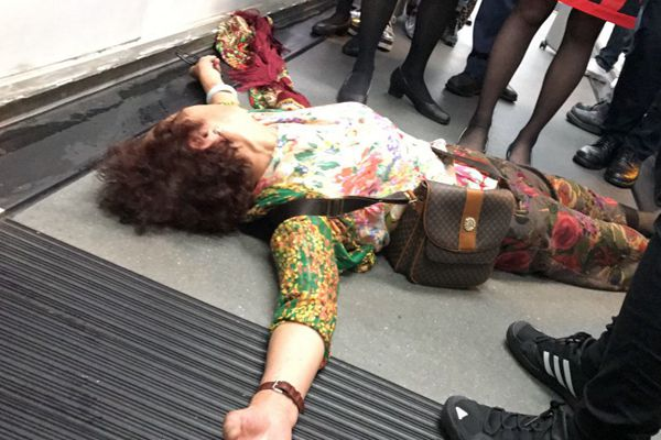 """港航飞北京航班延误惹乘客起哄 大妈""""躺在地上""""抗议"""