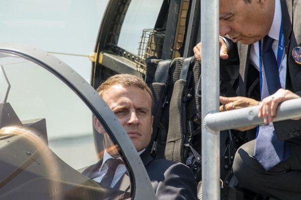 2017巴黎航展开幕 马克龙体验试驾飞机