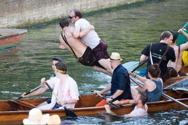 释放!剑桥学生互推入河庆祝期末结束