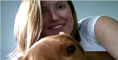 女子专职照顾宠物游全球