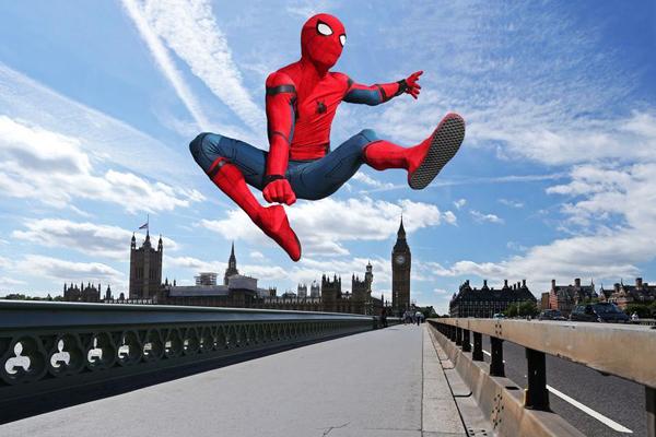 超酷!蜘蛛侠穿梭伦敦街头小巷仿佛置身电影中