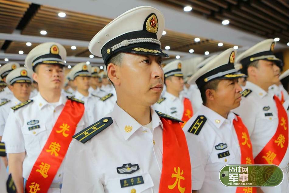 东海舰队某驱逐舰支队举行转业干部退役仪式
