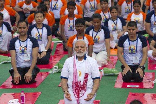 世界瑜伽日 印度总理莫迪率万人秀瑜伽