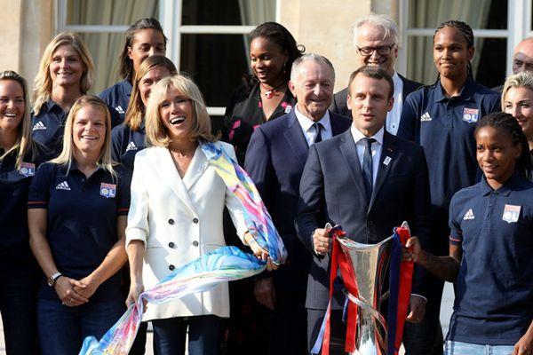 法国总统马克龙接见女子足球队 64岁妻子从旁作陪