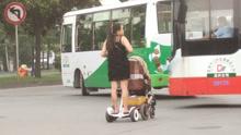"""高科技溜娃!实拍女子脚踩""""风火轮""""推婴儿车"""