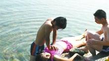 女大学生游泳课溺亡 在场老师竟然无一人施救?