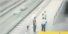 男子袭胸女客被推下铁轨