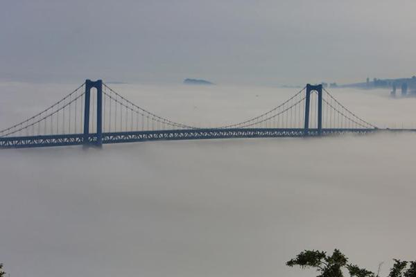 """大连现低空平流雾 跨海大桥""""飘""""在空中"""