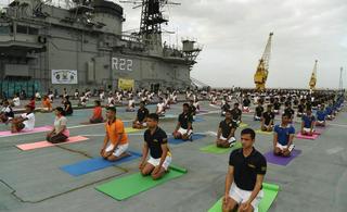 印度海军在航母甲板上练瑜伽