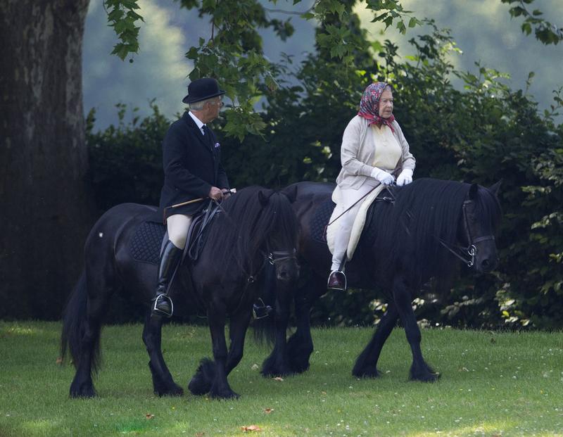 英女王与菲利普亲王骑马散步 精神抖擞