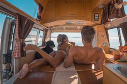 小夫妻开车环游世界分享旅途的喜忧