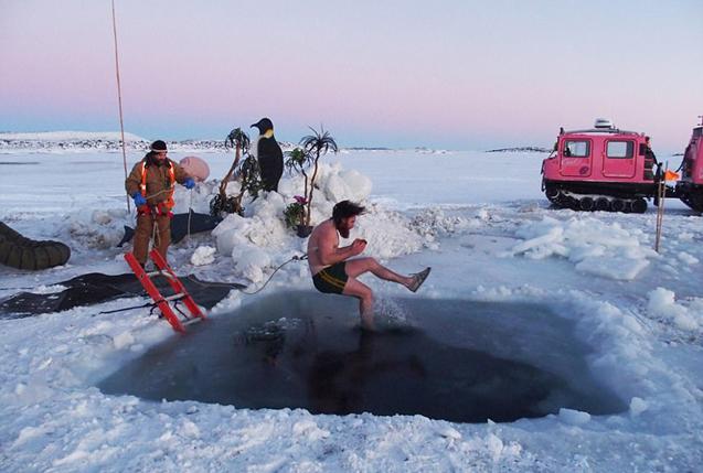 勇者!澳科学家南极脱衣跳水庆冬至