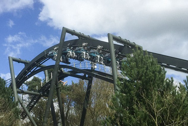 英一公园过山车高空停滞 被困乘客竟称经历有趣