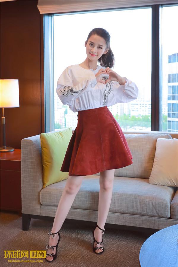 李沁马尾变身俏皮女孩 多变造型身着CARVEN 2017春夏系列