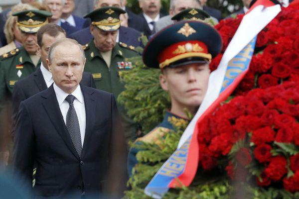 普京向无名英雄墓献花圈 纪念卫国战争开始76周年