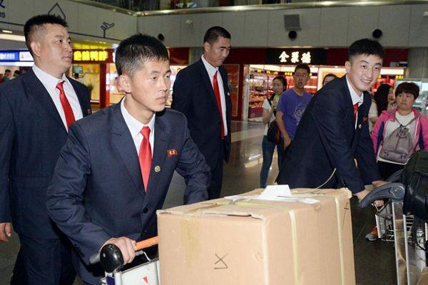 朝鲜跆拳道队抵达北京:戴红领带和领袖胸章