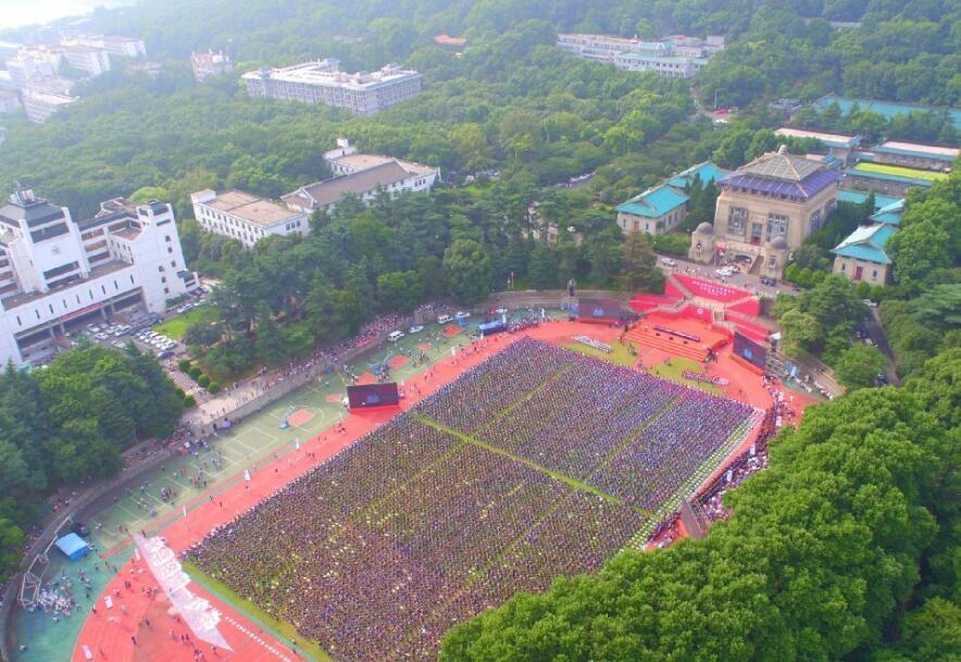 航拍武汉大学毕业典礼 网友:超级壮观