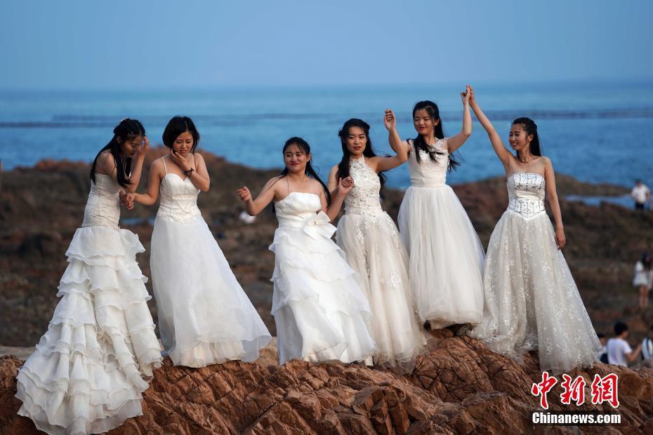 青岛女大学生身着婚纱 拍摄毕业纪念照