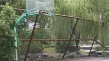 杭州一城市公园的篮球场  铁网欲坠无人管?