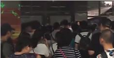 受暴雨影响 北京地铁上地站现大面积拥堵