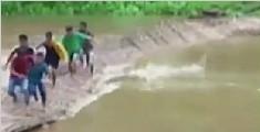 印度暴雨成灾冲垮竹桥 行人滞留桥面险被冲走