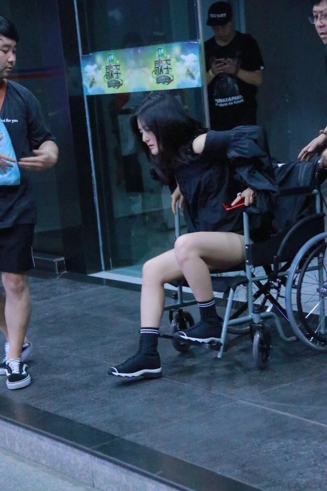 谢娜疑旧伤复发 坐轮椅神态憔悴需人搀扶
