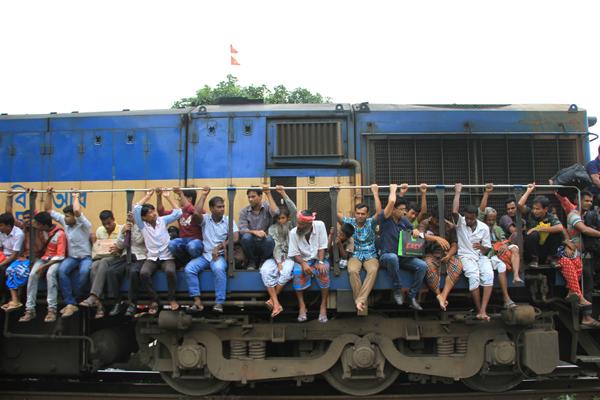 穆斯林开斋节临近 孟加拉国民众挂火车排排坐