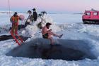 科学家南极脱衣跳冰水