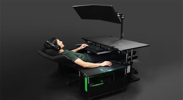 懒人神器!日本惊现独特电脑桌 可调节成半躺模式