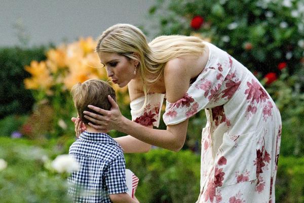 伊万卡偕一家四口亮相白宫野餐会 亲吻儿子额头母爱爆棚
