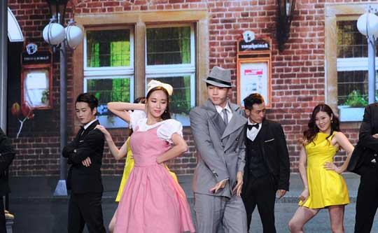 王霏霏henry演绎百老汇经典 何炅赞跳舞可以看一年
