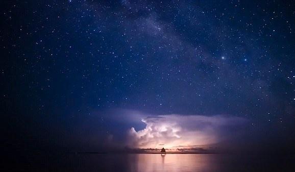 摄影师延时摄影捕捉菲律宾罕见雷电景象