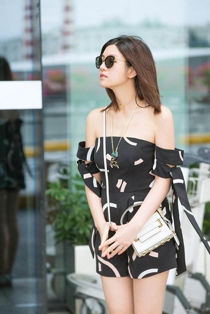 陈妍希现身机场清新甜笑 当妈后更少女了