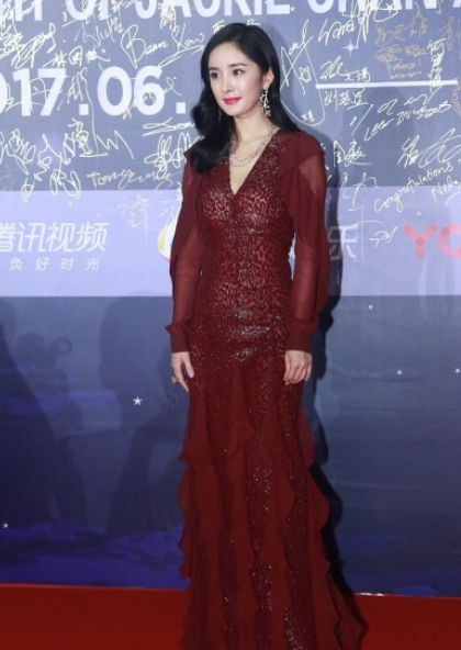 杨幂穿深V红裙 羡慕她的身材吗?