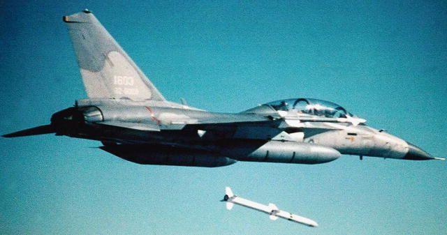 尴尬!台军战机射弹现失误 未点火直坠台湾海峡