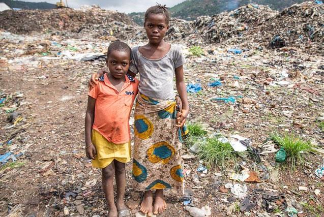 塞拉利昂埃博拉幸存孤儿以捡垃圾为生