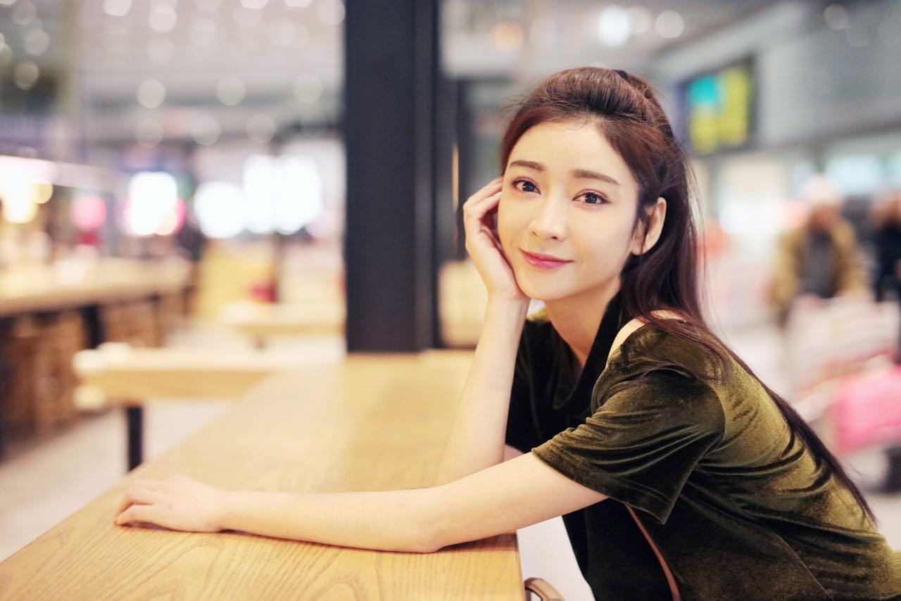 """""""国民小姑姑""""李眸机场照亲民 素颜皮肤超赞"""