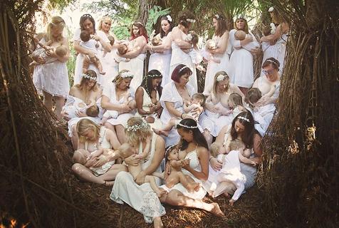 摄影师拍摄集体照号召母乳喂养