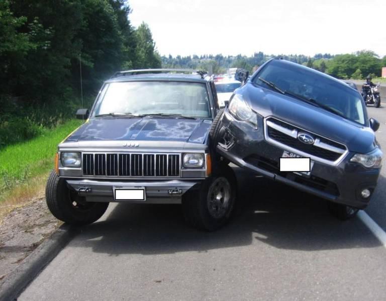 路怒症的悲剧 斯巴鲁三次怒撞Jeep