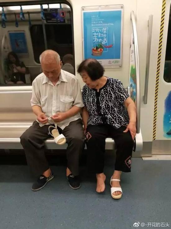 老男人网_老夫妻地铁上的一个动作引来党报关注 暖哭网友_社会_环球网