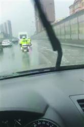 男子雨天开车恶意用积水迸溅交警 已被刑拘